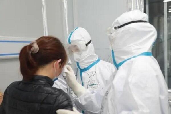 Врачи больницы Лэйшэньшань оказывают помощь пациентке с коронавирусной инфекцией COVID-19